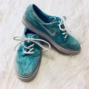 Nike youth skateboarding shoes